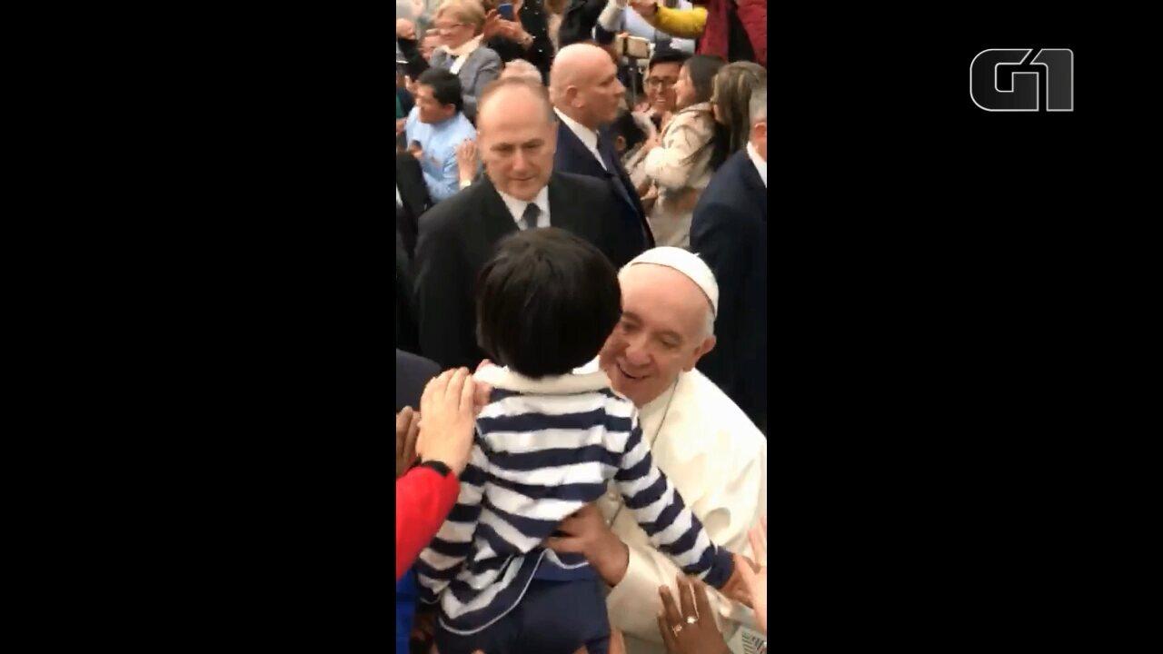 Depois de três anos, menino brasileiro volta a ser abençoado pelo Papa Francisco