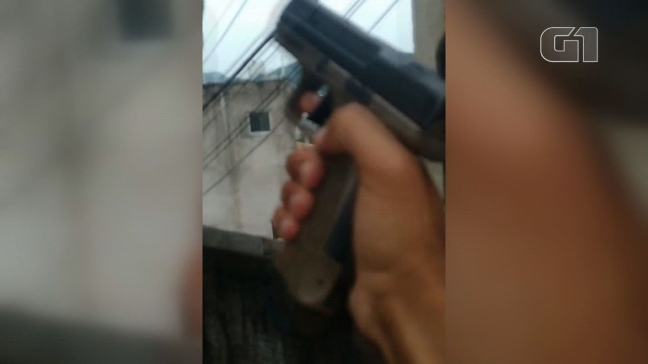 Rapaz exibe arma e droga no Morro do José Menino, em Santos, SP
