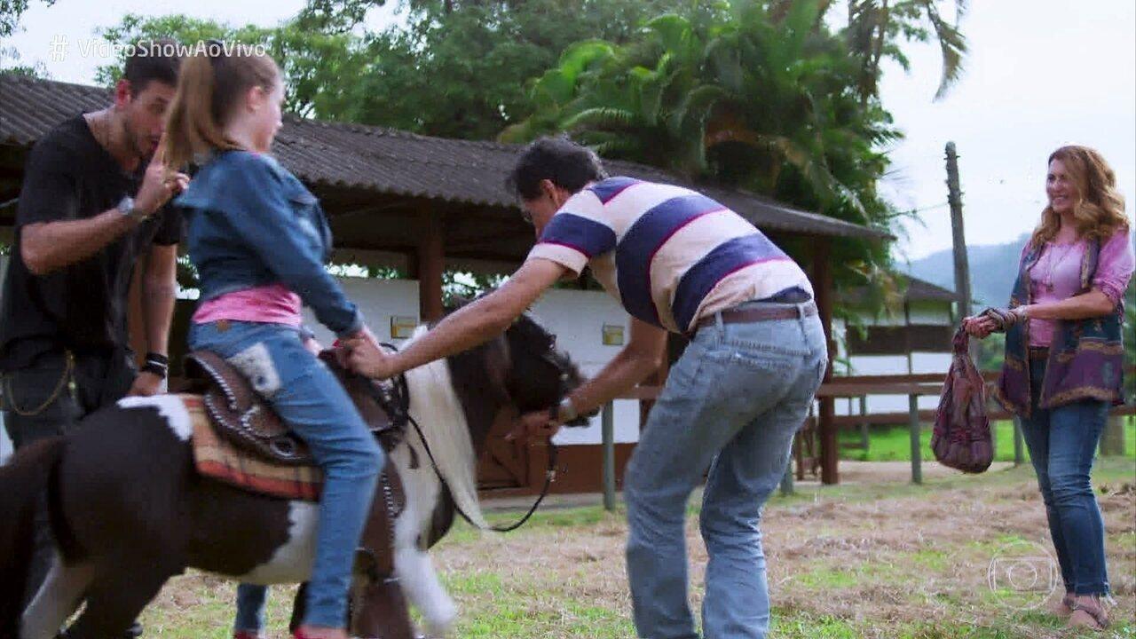 Alain presenteia Priscila com um pônei
