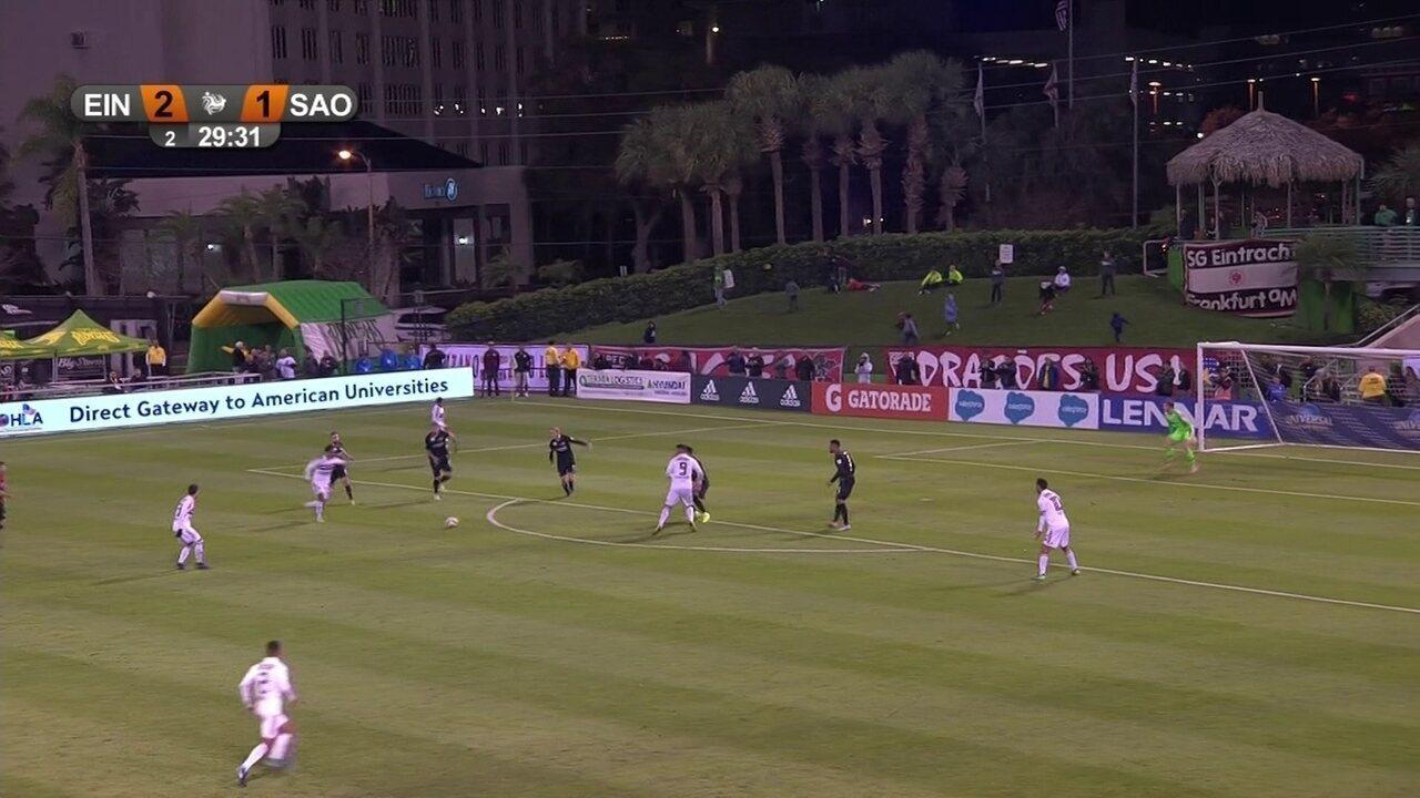 São Paulo pressiona a saída do Frankfurt, rouba a bola e consegue a finalização com Everton Felipe