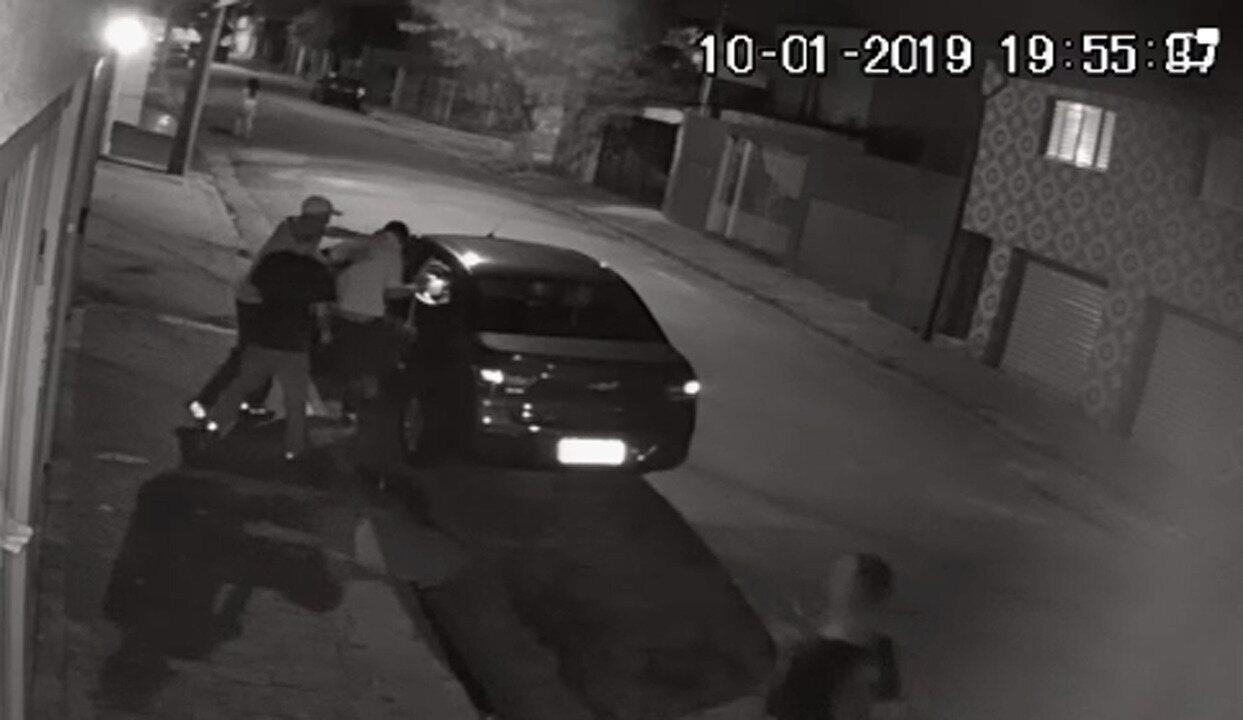 Trio rouba homem na Zona Leste de Sp; veja vídeo