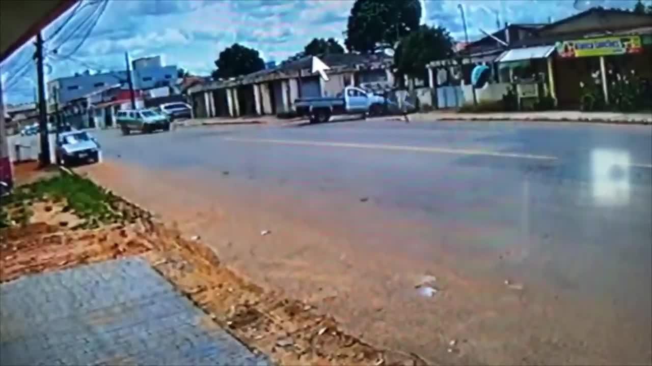 Assaltantes batem carro e derrubam poste durante perseguição policial em Rio Branco