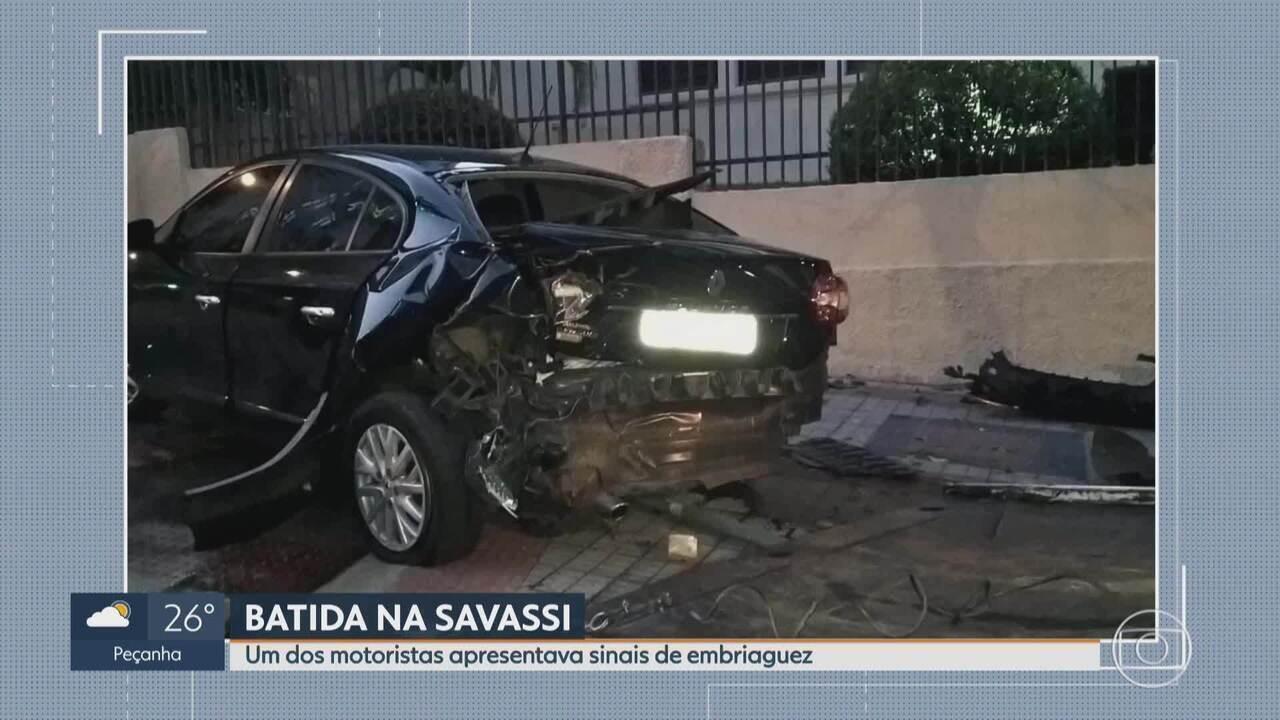 Motoristas ficam feridos após batida entre carro e uber em Belo Horizonte