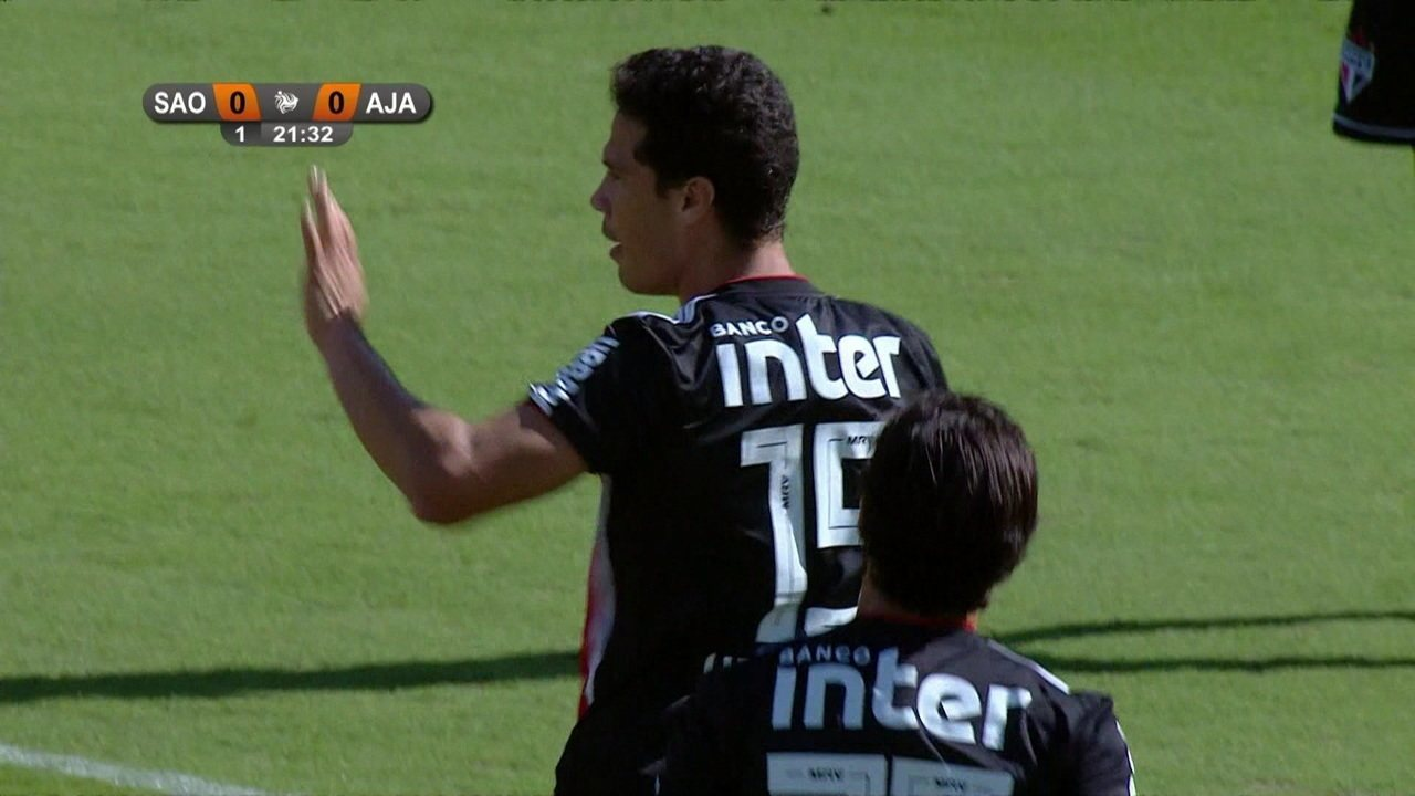 Gol do São Paulo! Pablo toca bonito para Hernanes que bate bonito