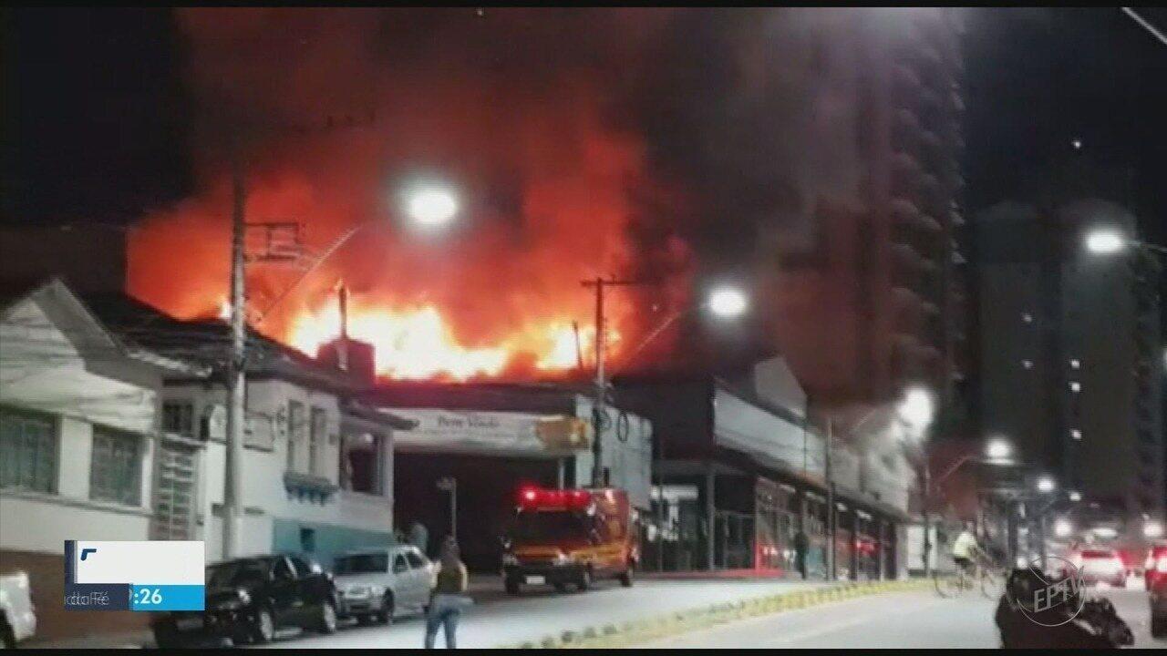 Bombeiros apuram causas de incêndio que atingiu depósito de supermercado em Pouso Alegre