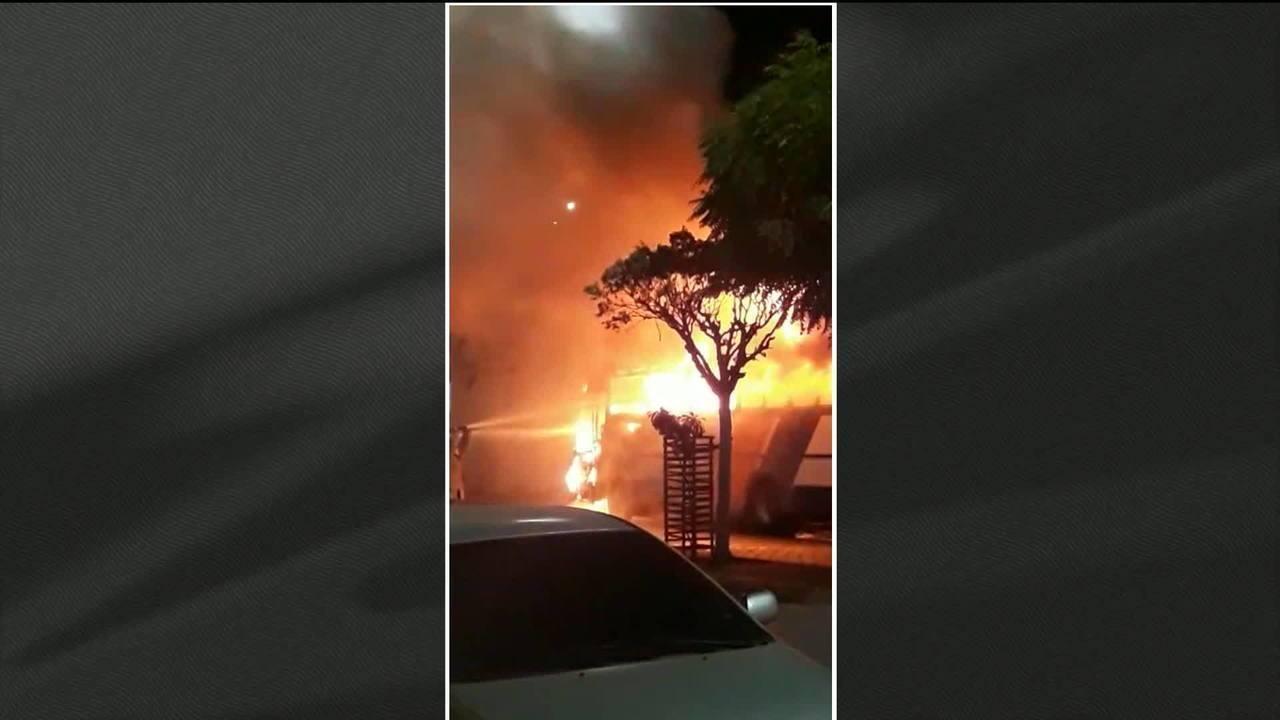 Criminosos explodem ponte e incendeiam carros em 12º dia de ataques no CE