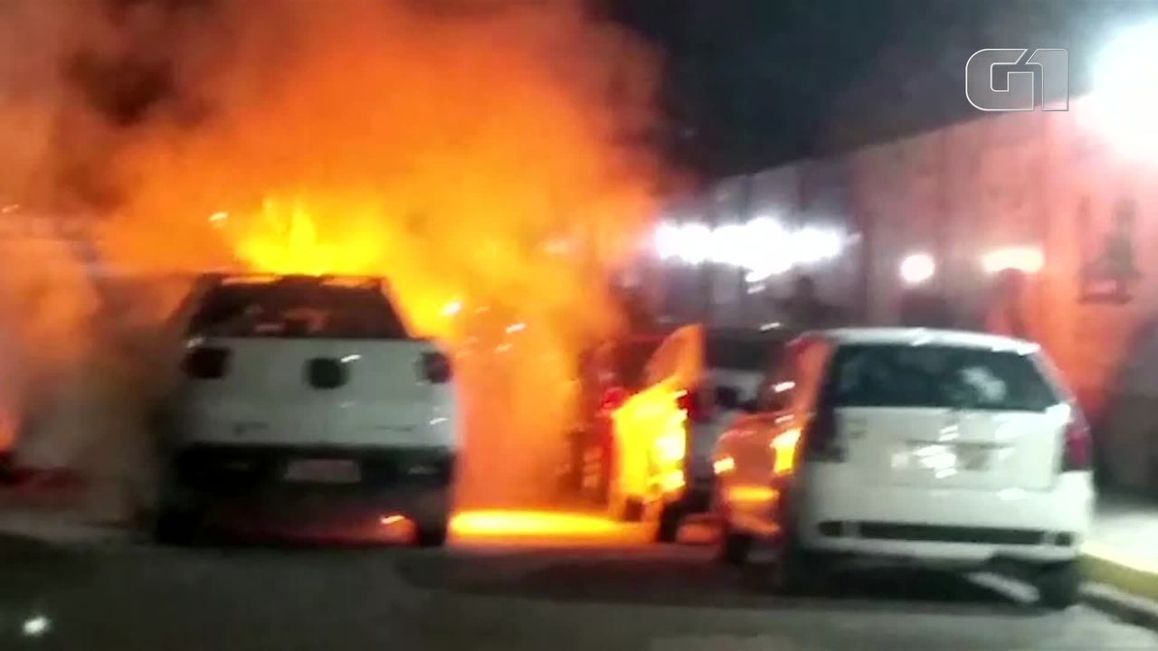 Carro pega fogo em estacionamento de shopping após problemas elétricos