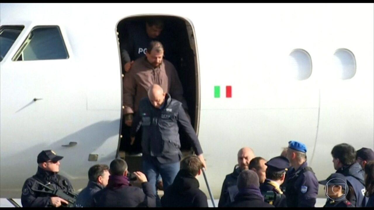 Cesare Battisti chega à Itália para cumprir pena de prisão perpétua