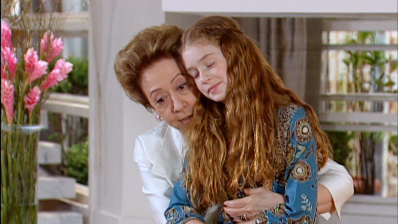 Belíssima - Capítulo de segunda-feira, 14/01/2019, na íntegra - Bia promete que Sabina vai conhecer o mundo. Gigi confessa que foi pressionado por Bia para entregar-lhe a fita. Júlia fica revoltada. Cris não conversa com Vitória, mas escuta atenta quando ela fala de sua vida. Gigi conta que Bia denunciou Nikos. Júlia diz que vai tirar uma cópia da fita, para que ele entregue a Bia, que deve pensar que Gigi está do lado dela