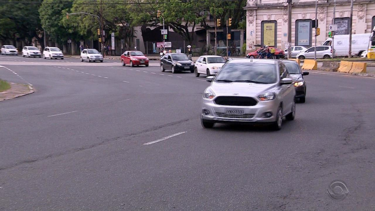 Motoristas de aplicativo protestam em Porto Alegre com carreata e passeata