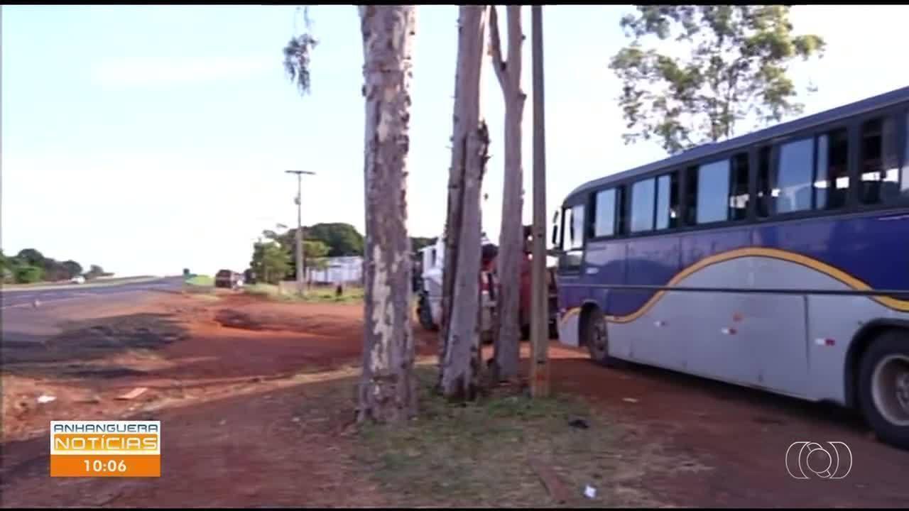 Passageiros ficam presos na estrada após ônibus clandestino quebrar em Goiatuba