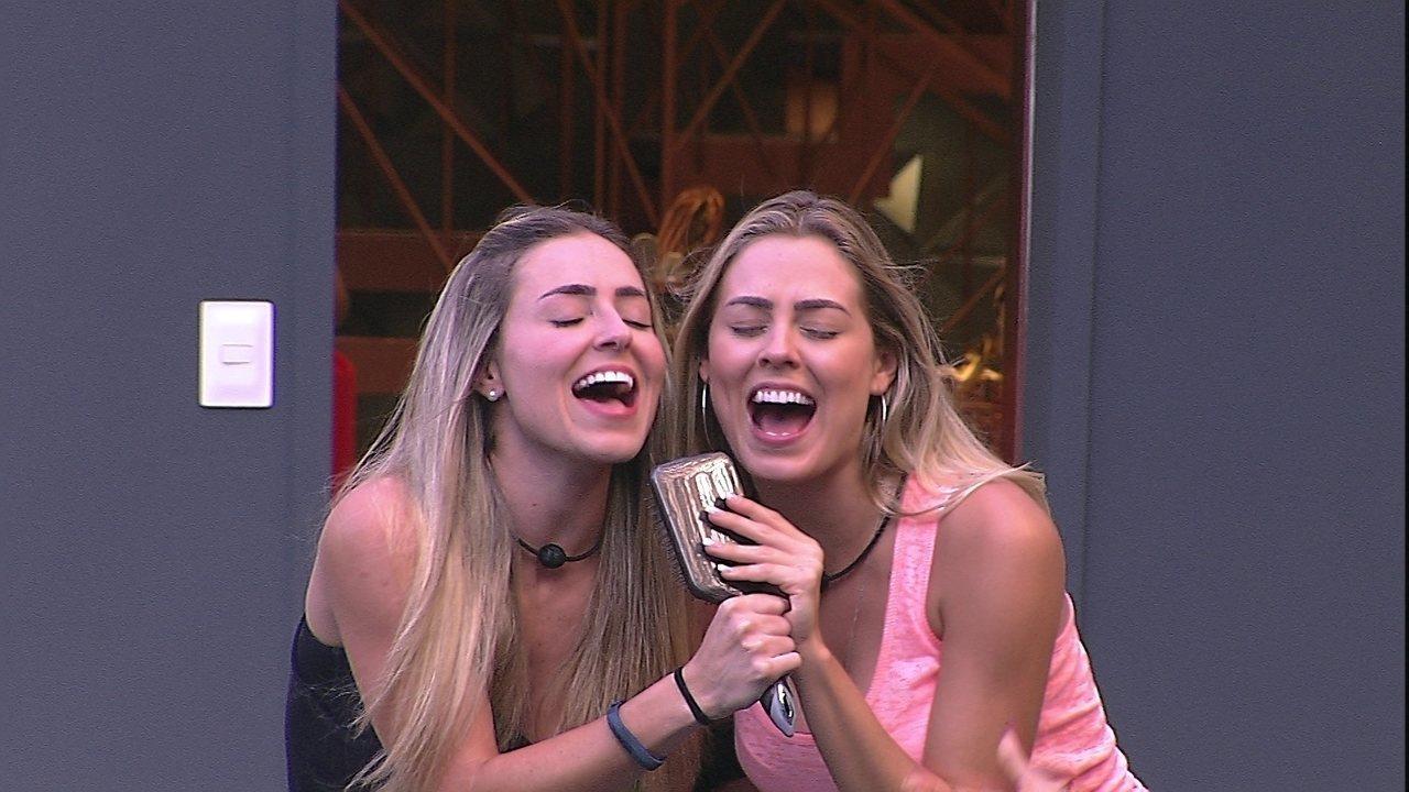 Isabella e Paula se empolgam e cantam 'Evidências' na beira da piscina