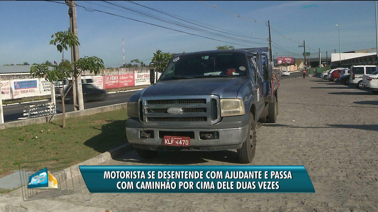 Motorista se desentende com ajudante e passa com caminhão por cima dele duas vezes