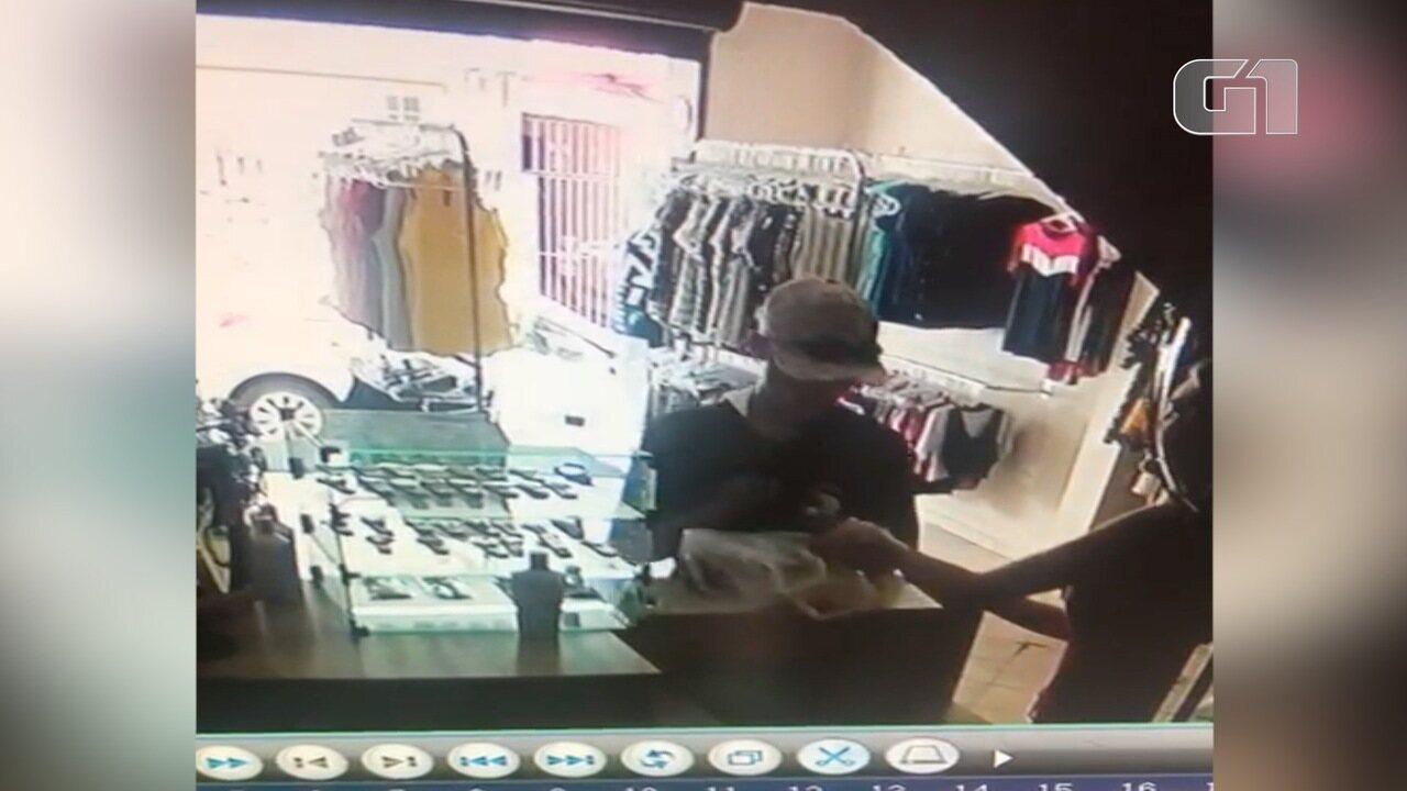 89f7fe6bdc0 Homem assaltou uma loja de roupas no início da tarde desta quinta-feira (17