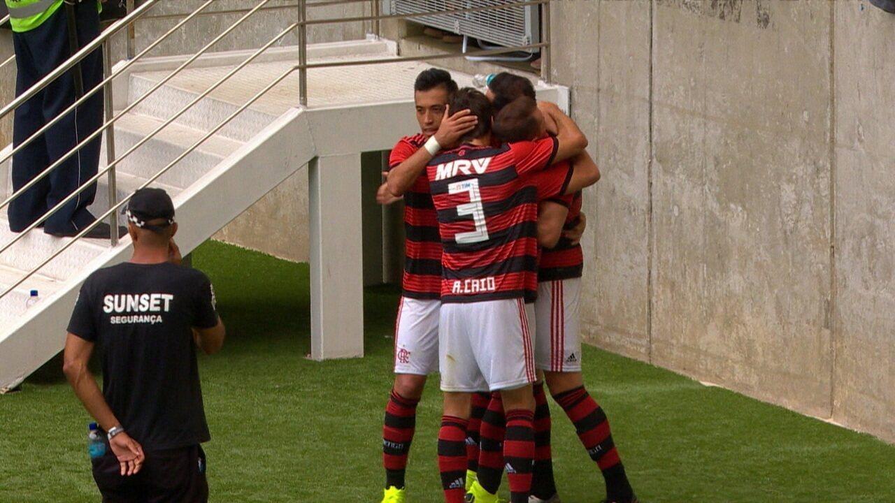 Gol do Flamengo! Após escanteio, Everton Ribeiro cruza e Rhodolfo se antecipa, virando o placar, aos 08' do 2ºT