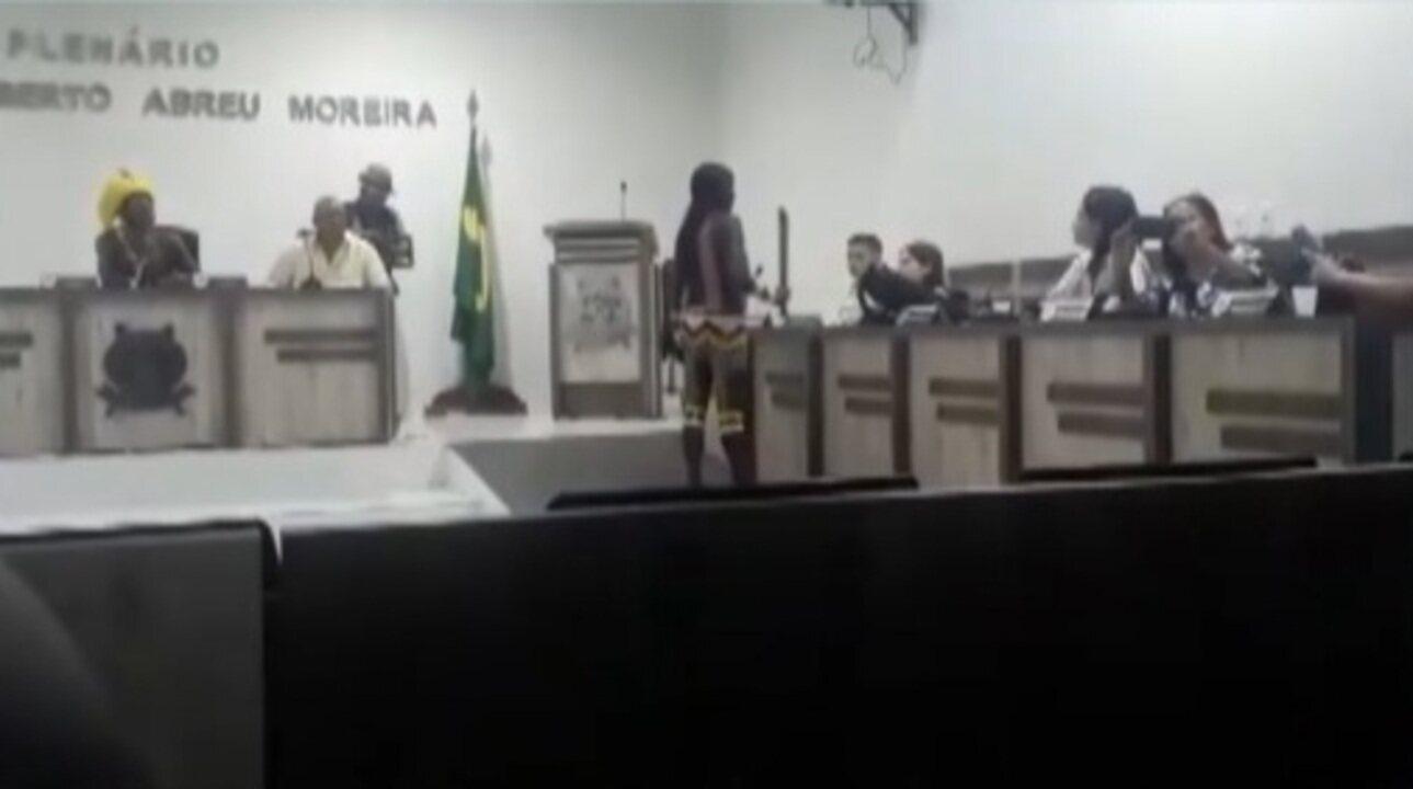 Indígena Kayapó usa facão para ameaçar autoridades durante protesto no interior do Pará
