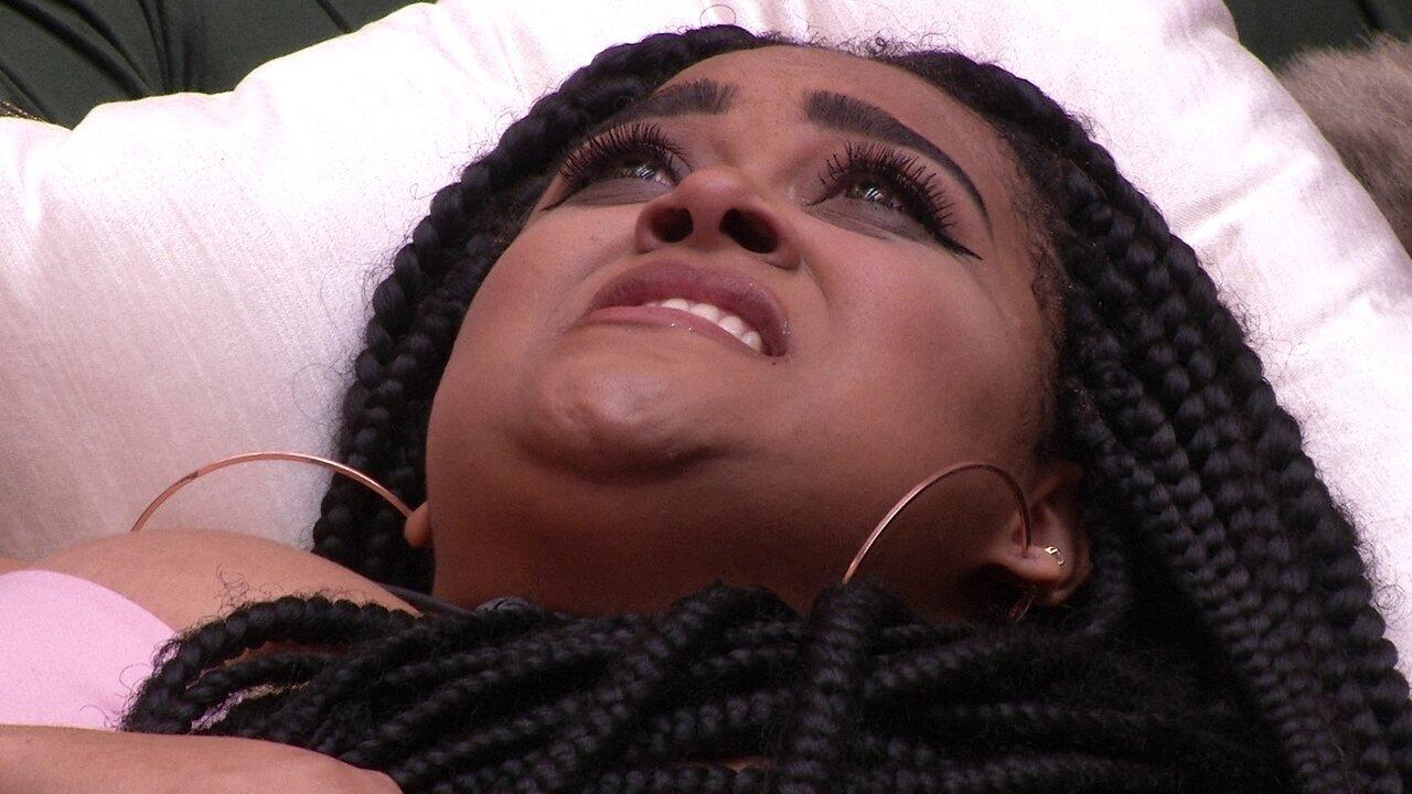 Rízia chora na sala da casa do BBB19