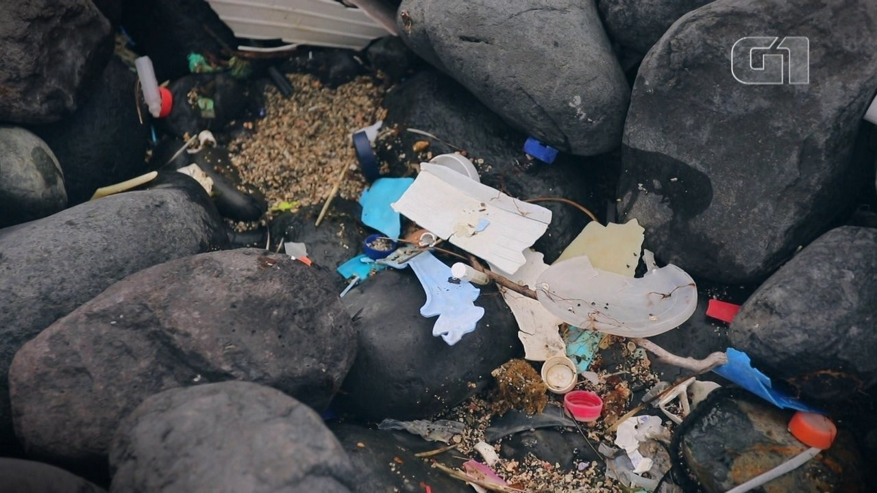Lixo oceânico ameaça piscina natural de Fernando de Noronha
