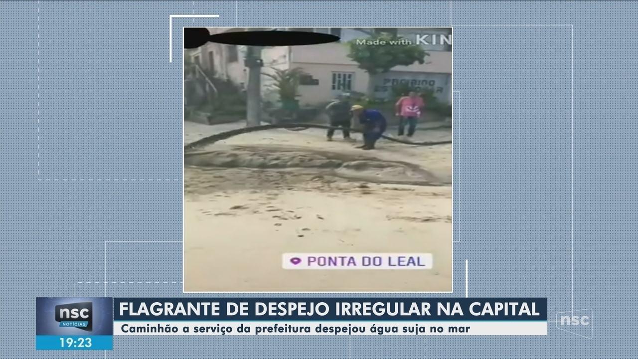 Funcionários a serviço da Prefeitura de Florianópolis despejam água suja no mar