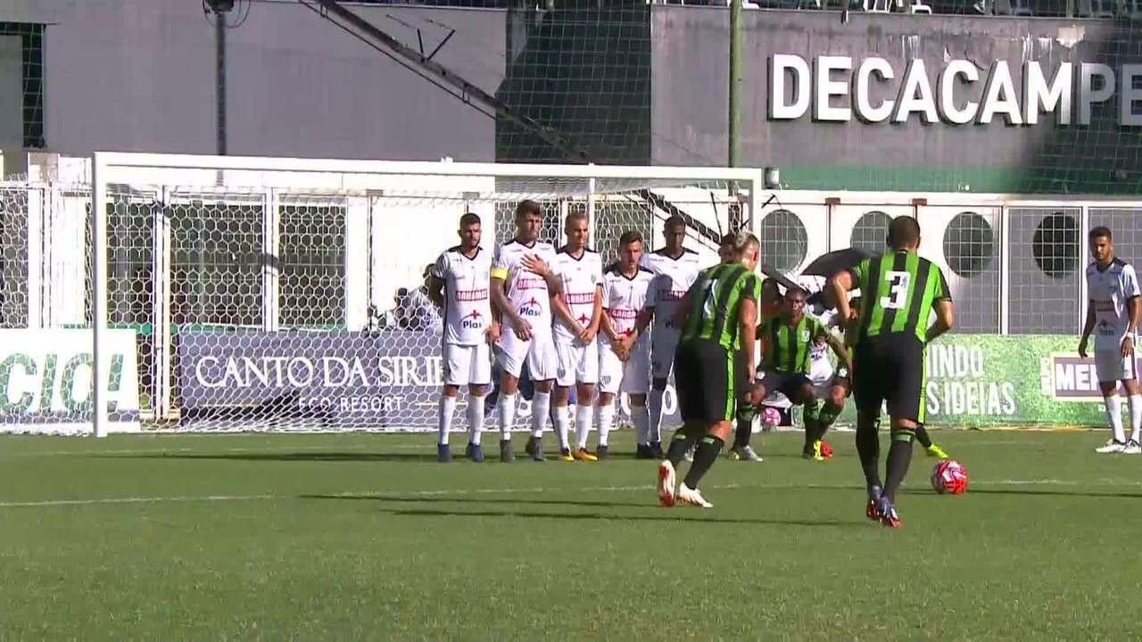 Toscano cobra a falta, Vilar espalma, e a bola acerta o travessão, aos 43 do 1T