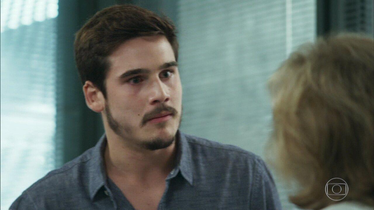 Samuca (Nicolas Prattes) acusa Petra (Eva Wilma) de ter usado Marocas (Juliana Paiva) como cobaia, em 'O Tempo Não Para'