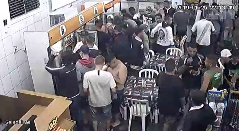 Grupo de torcedores do Vasco saqueia restaurante às margens da Dutra em Jacareí