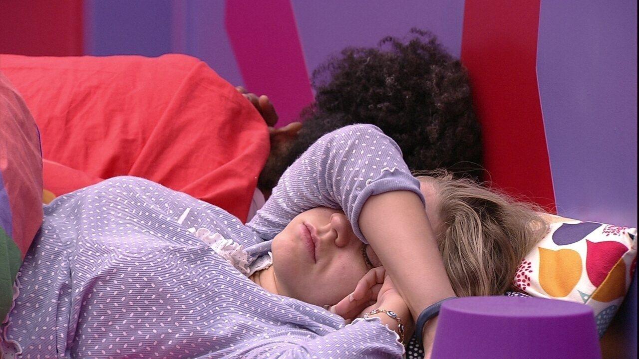 Isabella esconde o rosto durante toque de despertar