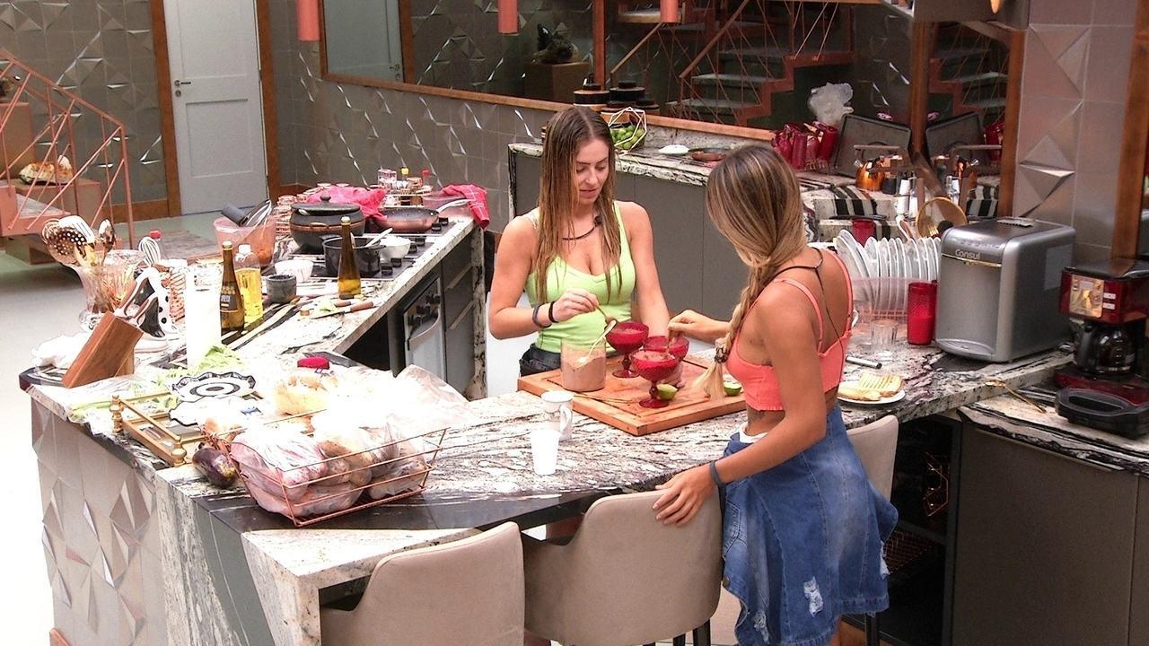Paula e Hariany fazem sobremesa e combinam de não contar para brothers