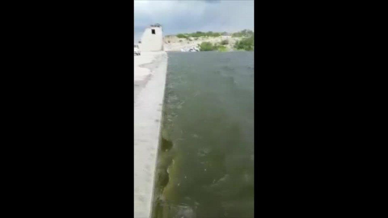 Vídeo mostra barragem de Oiticica, ainda em construção, prestes a sangrar