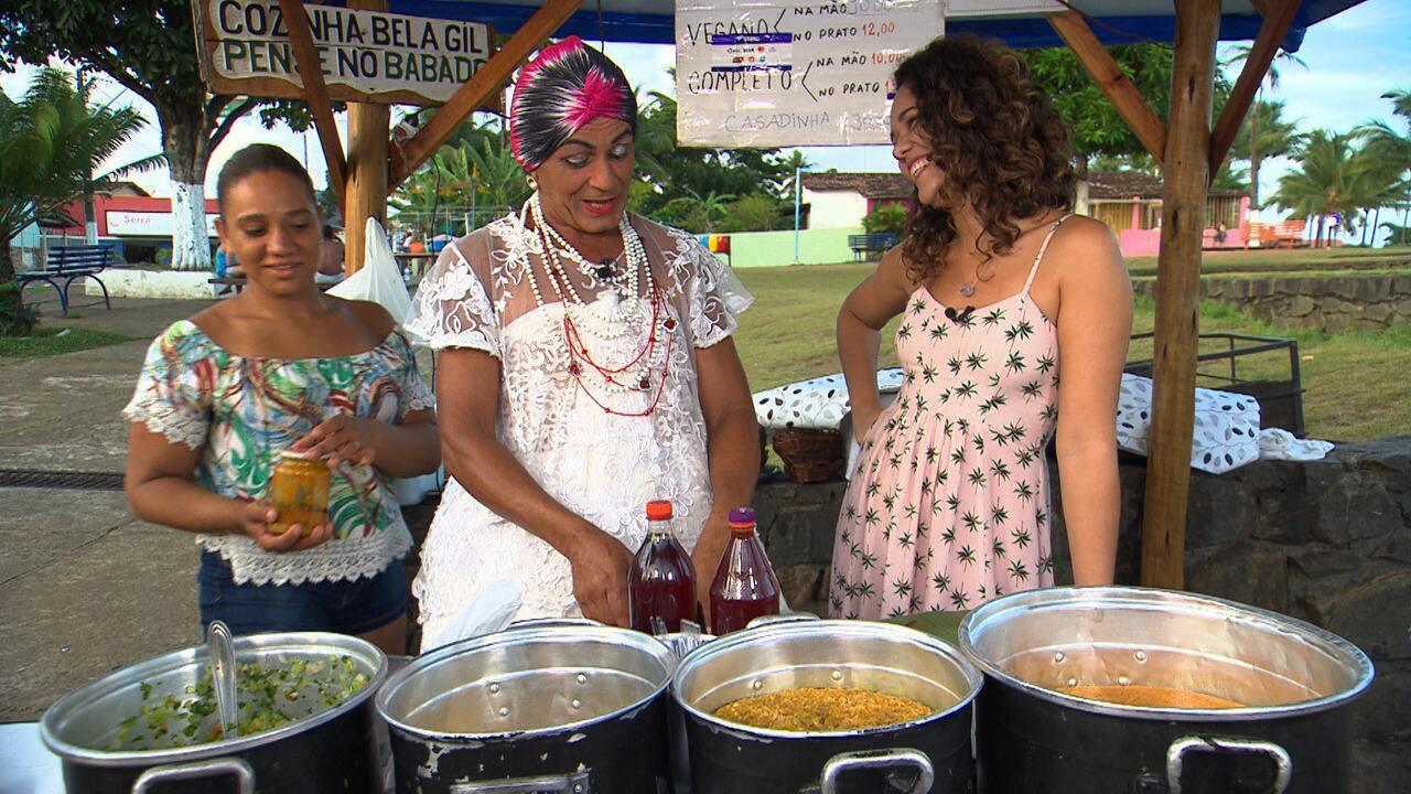 Baiana de acarajé Toinha, que colhe o próprio dendê pra fazer o azeite, conta sua história