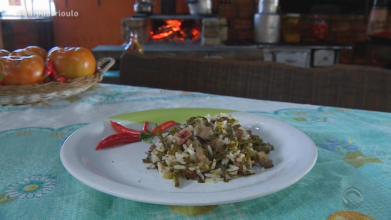 Renato Borghetti prepara Carreteiro do Assador no quadro Cozinha de Galpão