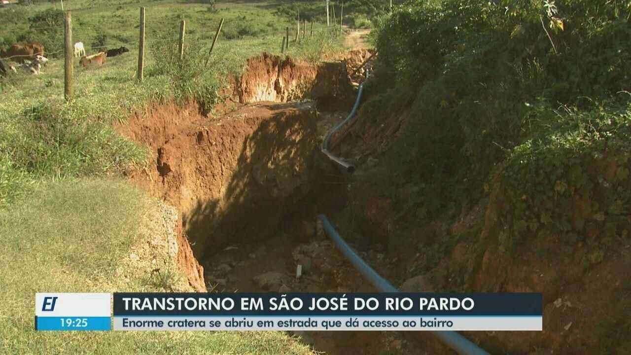 Cratera em estrada de terra dificulta acesso de moradores em São ... 4a97b4dcd31