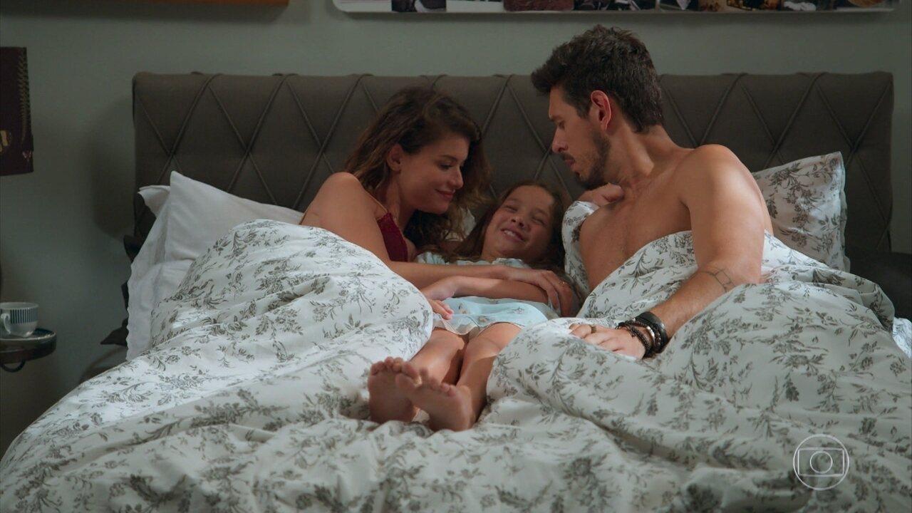 Priscila fica animada ao ver que Alain dormiu ao lado de Isabel