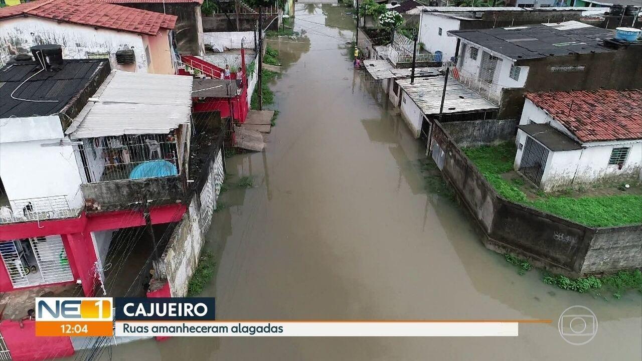 Ruas ficam alagadas em várias regiões do Recife