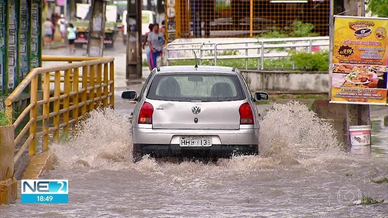 Alagamentos dificultam locomoção no Grande Recife
