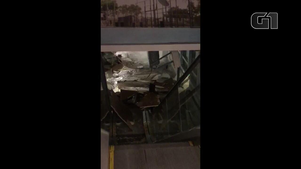 Parte do teto desaba no Shopping Leblon por causa das chuvas