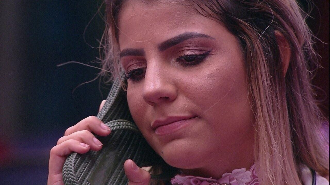 Hariany faz chinelo de telefone e fala com Hana: 'Fica de boa'