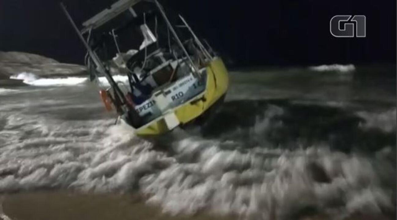 Veleiro vai parar na areia do Arpoador com temporal