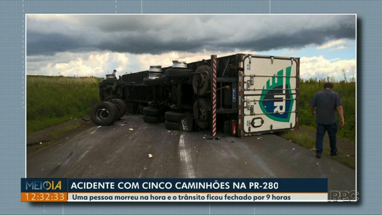 Uma pessoa morre em acidente entre cinco caminhões na PR-280, no sudoeste