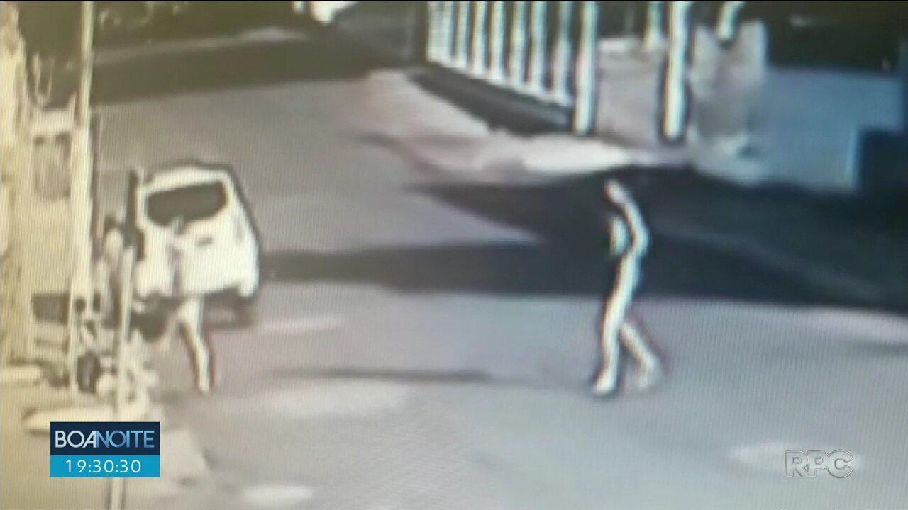 Mãe joga carrinho de bebê contra a calçada e é presa