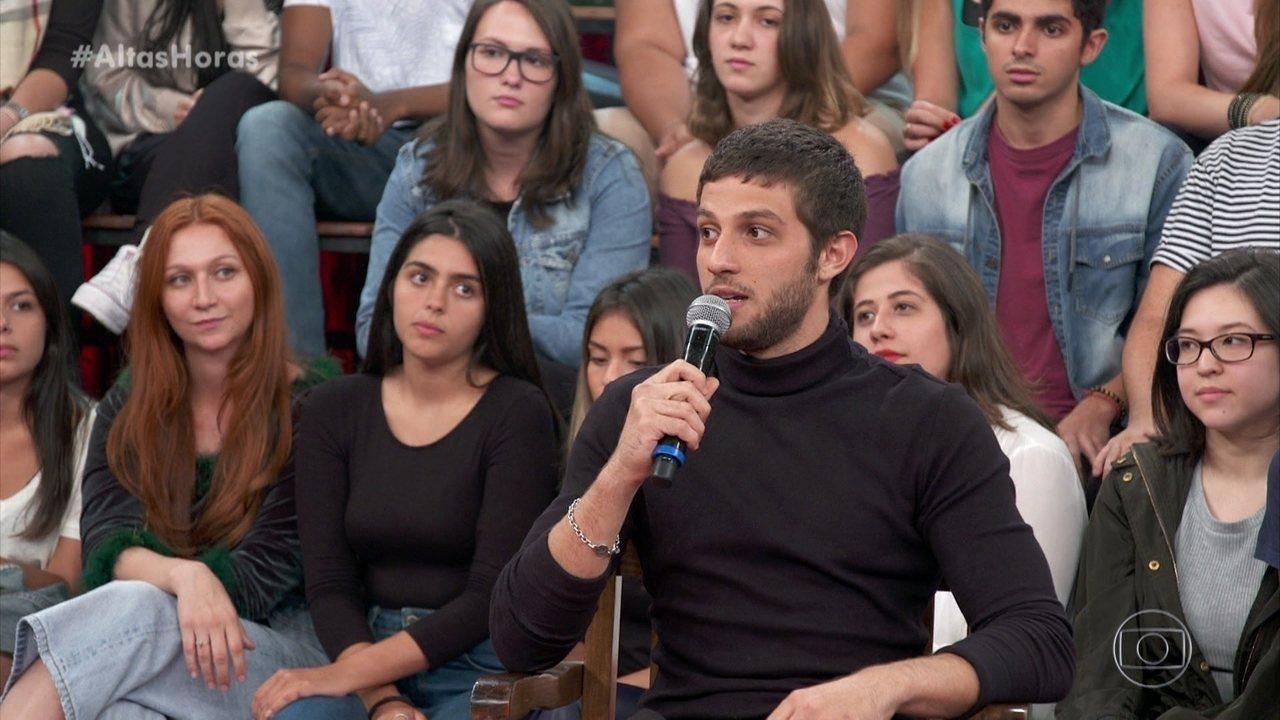 Chay Suede fala sobre cinebiografia de Erasmo Carlos