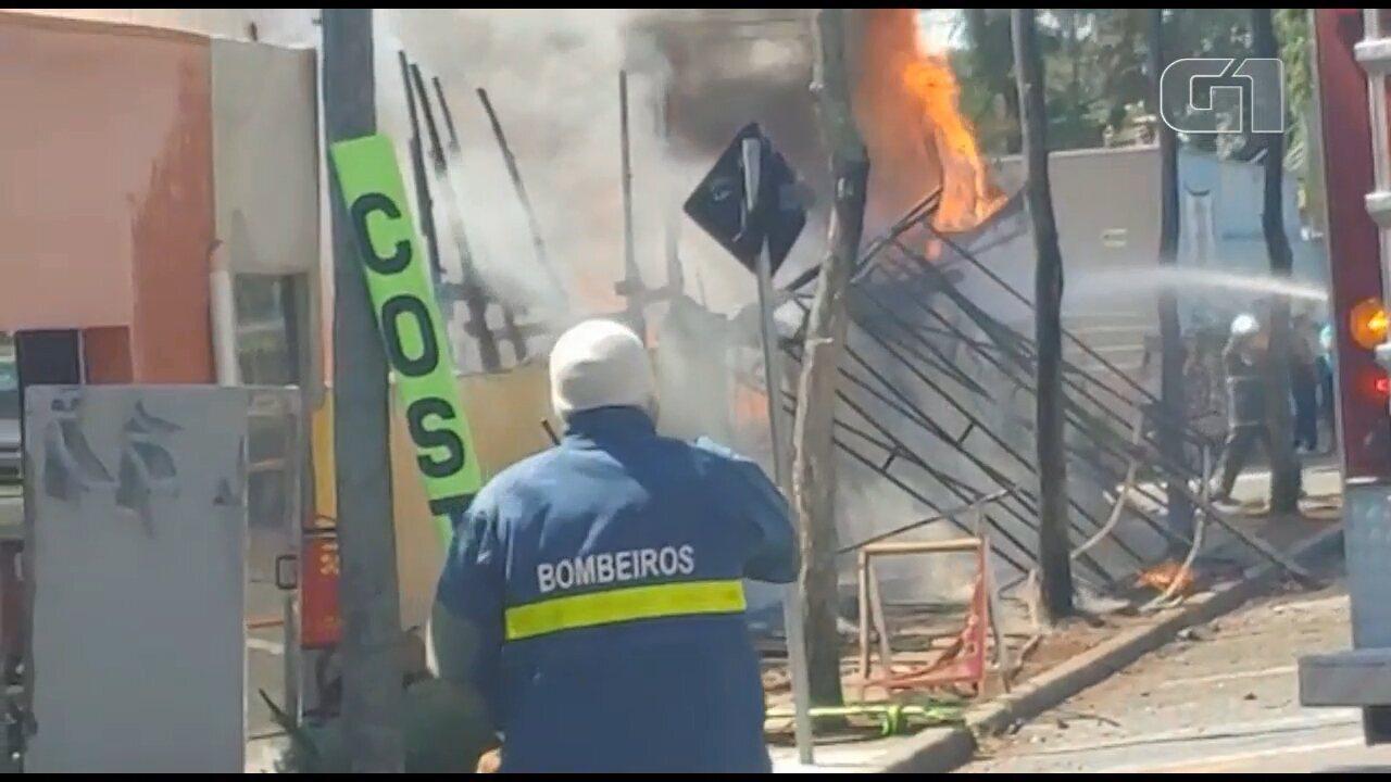 Incêndio destrói aviário desativado em Curitiba