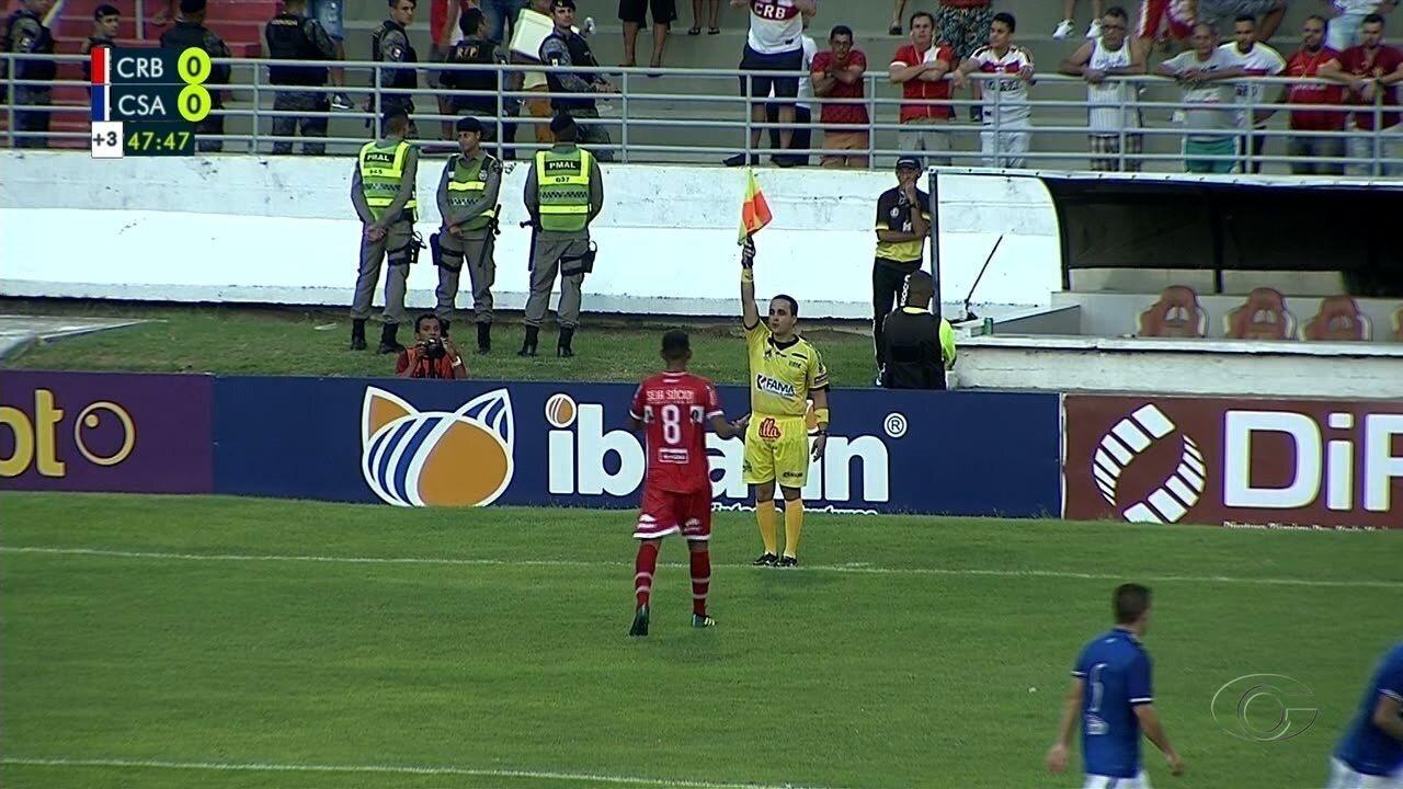Aos 48' do 2T, Mateus Silva cabeceia direto para o gol, mas assistente marca impedimento