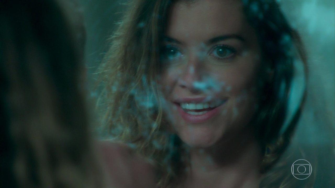Estimulada por Felipe, Isabel volta à casa de Julia e entra no espelho