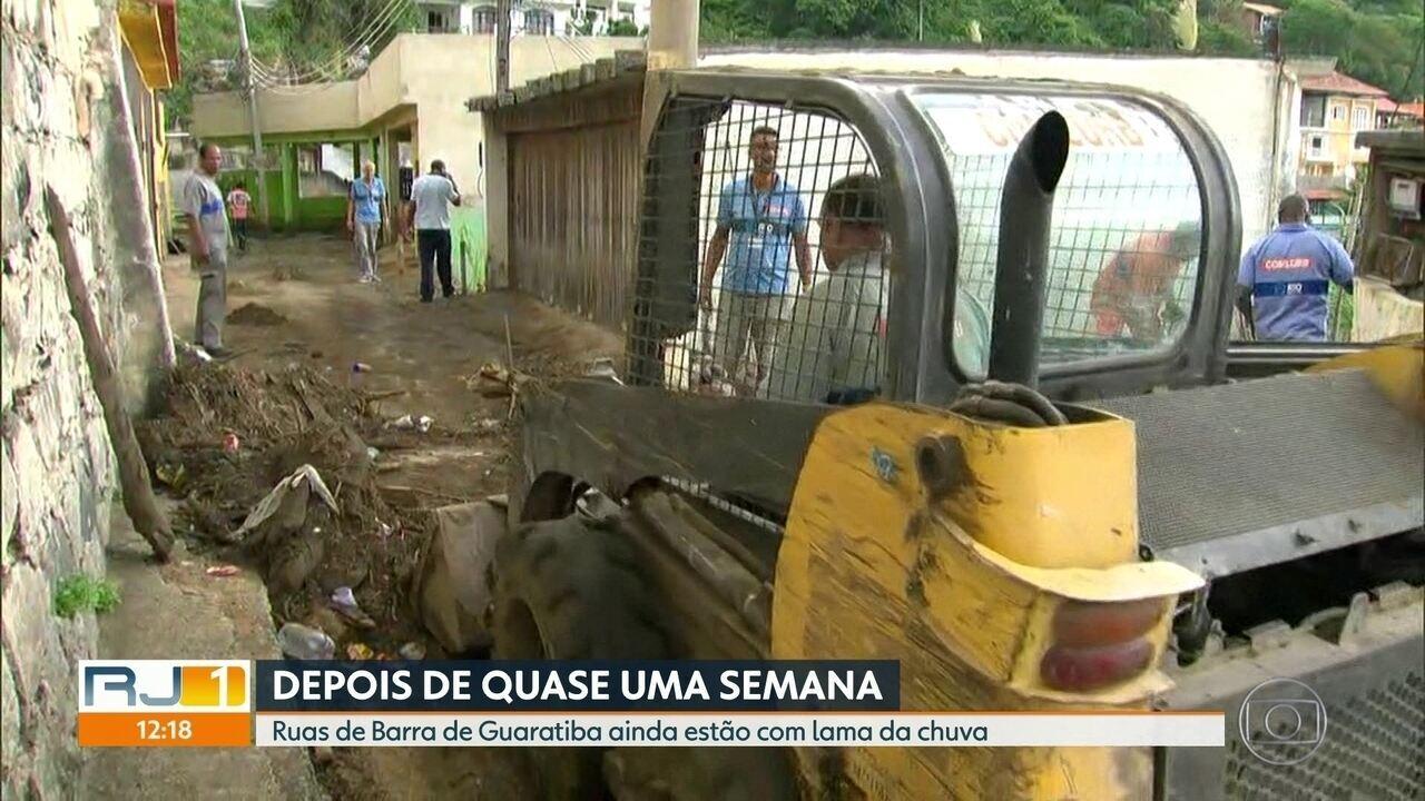Ruas de Barra de Guaratiba permanecem com lama após chuvas