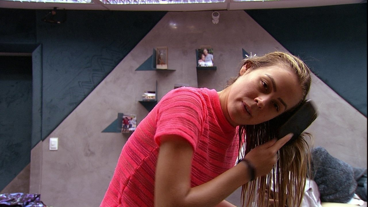 Isabella penteia os cabelos no Quarto Ouro