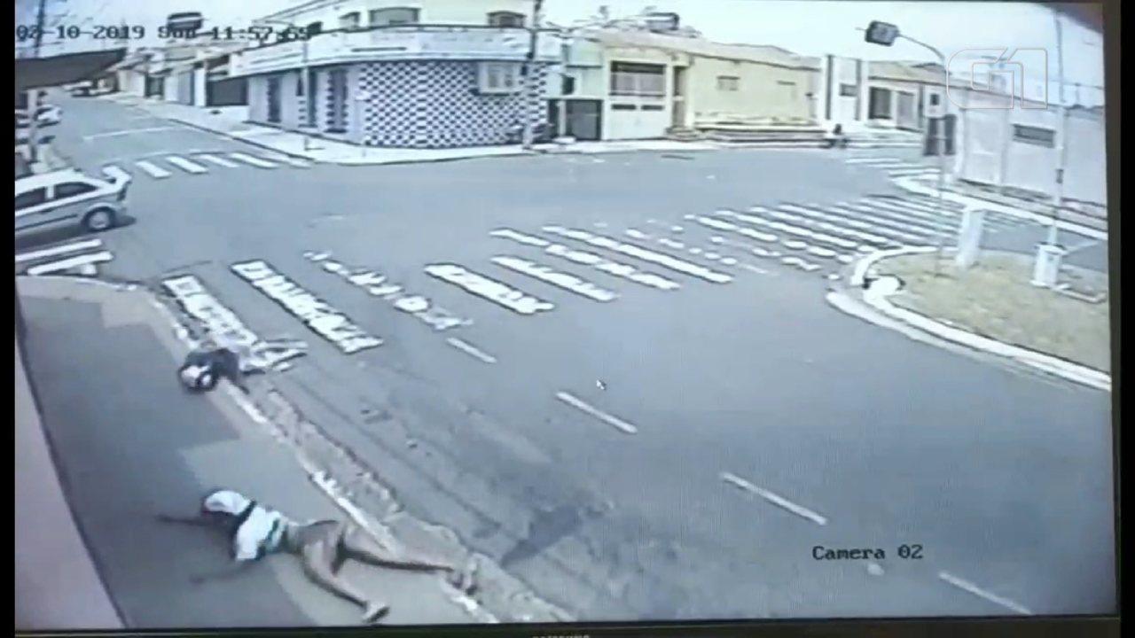 Câmera registra acidente entre moto e carro; vítimas são lançadas contra parede