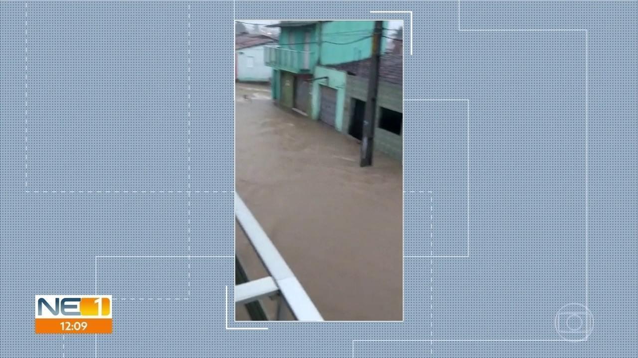 Chuva provoca alagamentos na Zona da Mata de Pernambuco