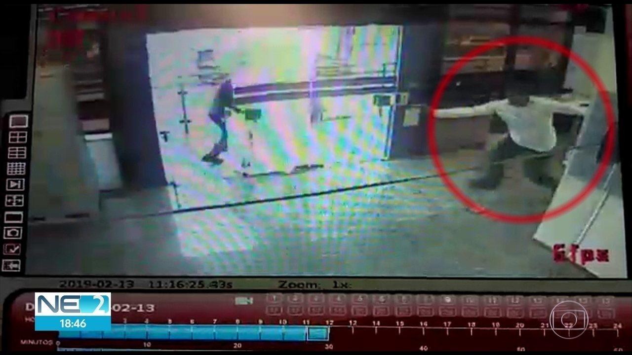 Vídeos mostram momento em que vigilante é morto durante assalto a carro-forte no Recife