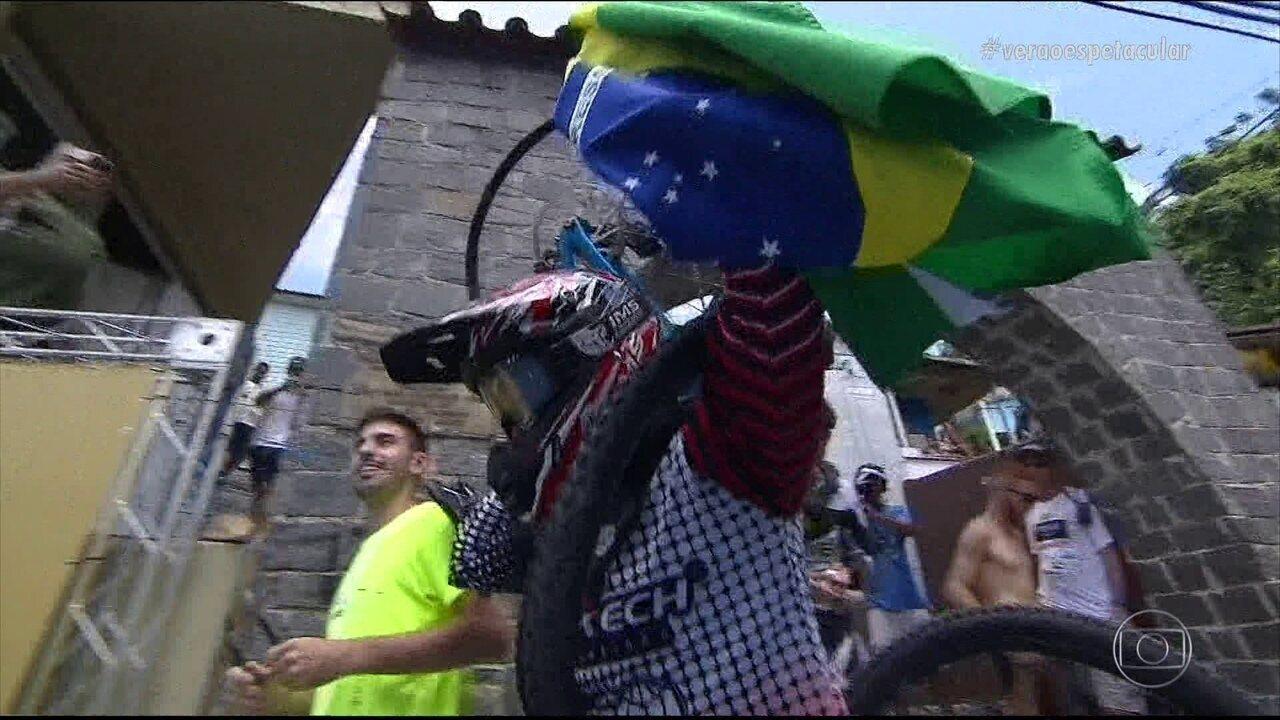 O Esporte Espetacular deste domingo (17) exibe a Descida das Escadas de Santos